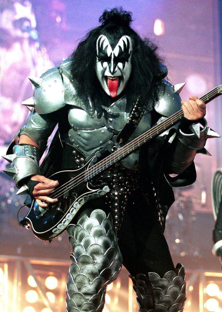Фанатка рок-музыканта хочет от него родить