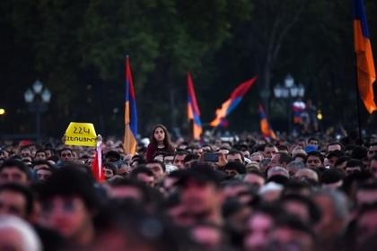 Армянские школьники добились отставки не пустившей их на митинги директора Армения, Армяне, Школьники, Отставка, Директор, Протест, Lenta ru, Политика