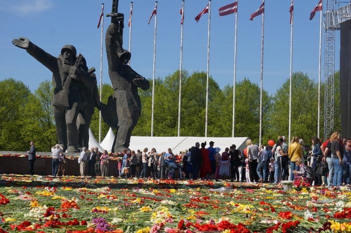 Цветы к памятнику в Риге Рига, Латвия, 9 мая, Длиннопост