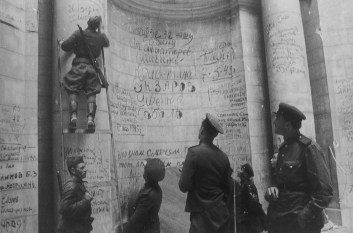 Автографы победителей: стены Рейхстага, исписанные советскими солдатами Великая Отечественная Война, Берлин, 9 мая, Рейхстаг, Автограф, Стена, Длиннопост