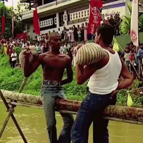 Речной бой подушками Спорт, Самый обычный вид спорта, Ничего странного, Бой подушками, Индусы, Гифка