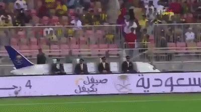 Ничего необычного. Просто пилоты смотрят футбол.