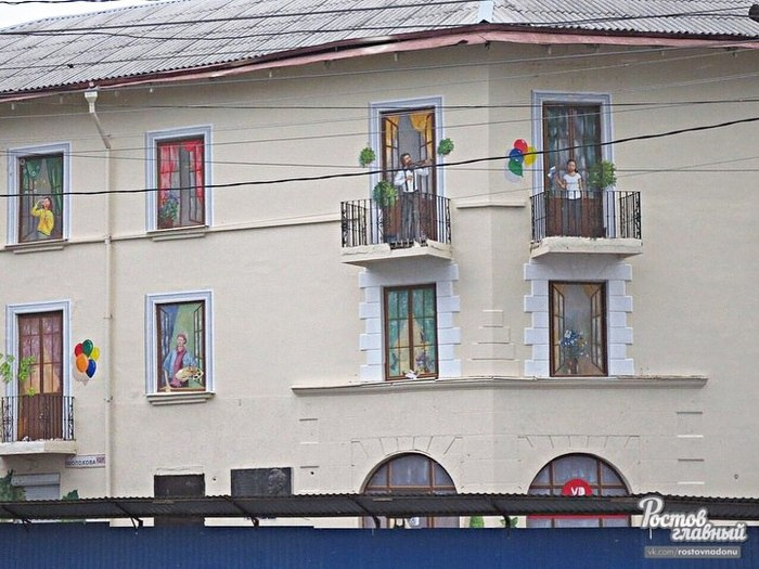 На окнах дома в Ростове к ЧМ нарисовали радующихся людей Чемпионат мира по футболу, Ростов-На-Дону, Потемкинские деревни