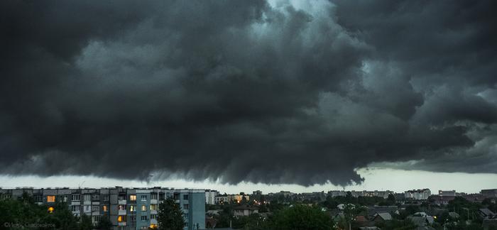 Штормовое предупреждение зависло над городом.