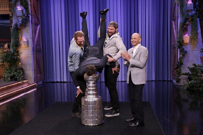 Овечкин и Холтби помогли комику Фэллону выпить из Кубка Стэнли Овечкин, Кубок Стэнли, Холтби, НХЛ, Юмор, Видео, Длиннопост