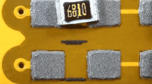 Пайка электронных компонентов платы под микроскопом