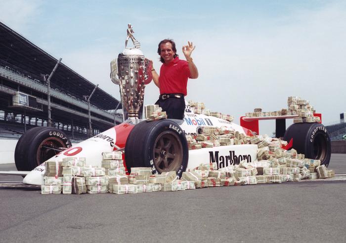 Интересное историческое фото: Эмерсон Фиттипальди на фоне 1000000 долларов, которые выиграл в Инди-500. Гонки, Индикар, Автоспорт, Авто, Легенда, История, Фотография, Чемпион, Длиннопост