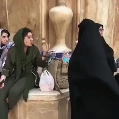 Исламофашисты пристали к девушке за то, что у нее волосы торчат из под хиджаба, вынудив ее принять самое верное решение