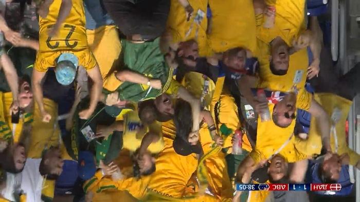Австралийцы празднуют гол