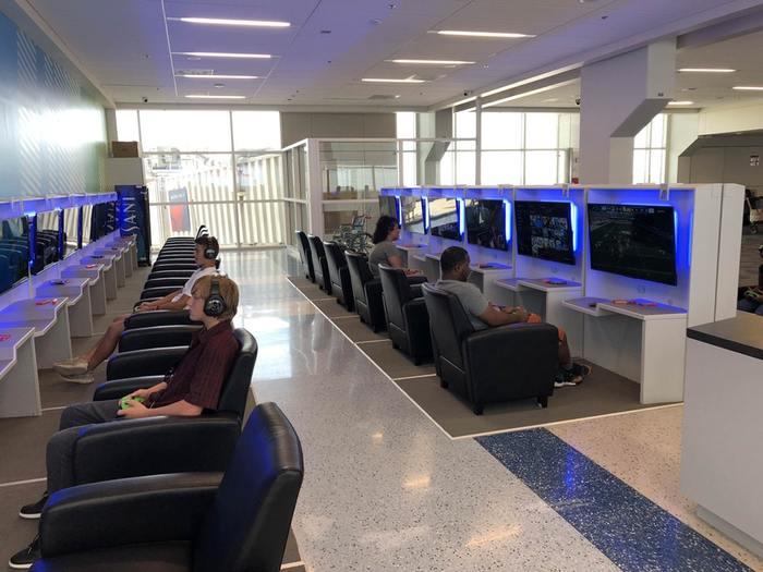Международный аэропорт Далласа установил игровой зал с консолями в зоне ожидания, чтобы вы могли поиграть , пока ждёте свой рейс
