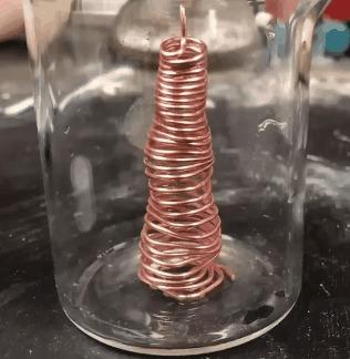 Медь вступает в реакцию с нитратом серебра.