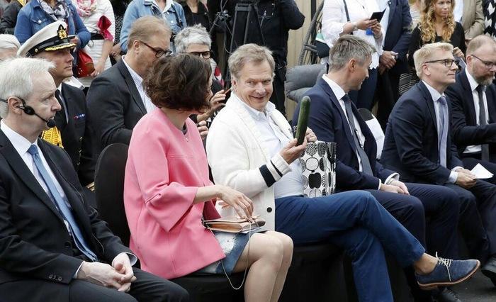Президент Финляндии предлагает Первой леди огурец.