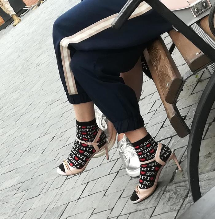 Сначала ругаешь мужиков за то, что носят носки с сандалями Носки, Мода, Сандали с носками