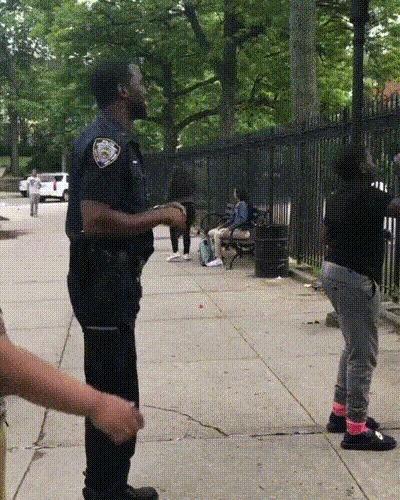 """Офицер полиции радуется после трёхочкового """"выстрела"""""""