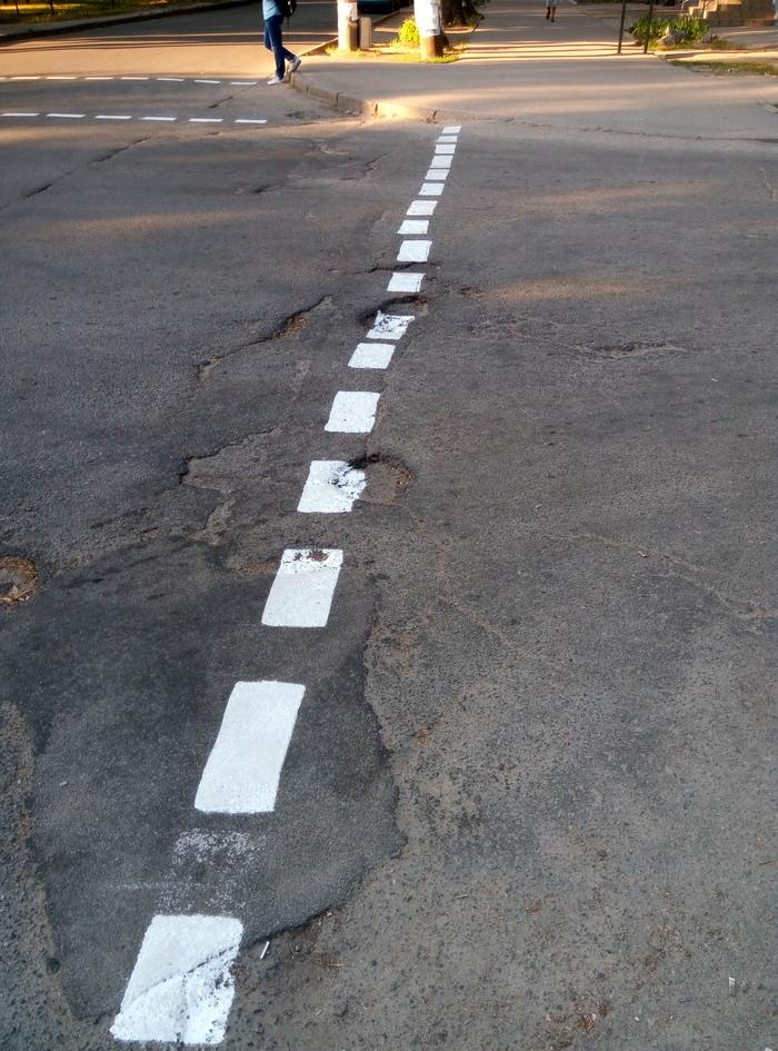 На дороги нашего города нанесли разметку, а вот асфальт - забыли!