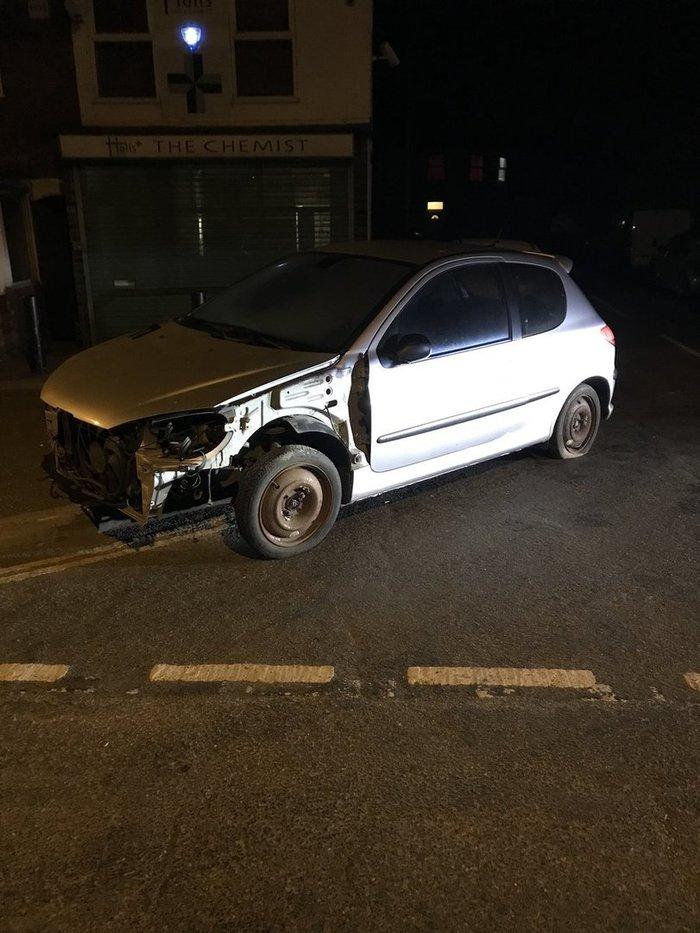 В Англии полиция остановила для проверки потрепанный автомобиль. Водитель сидел на ведре и управлял машиной плоскогубцами. Англия, Авто, Ведро, Длиннопост, Peugeot