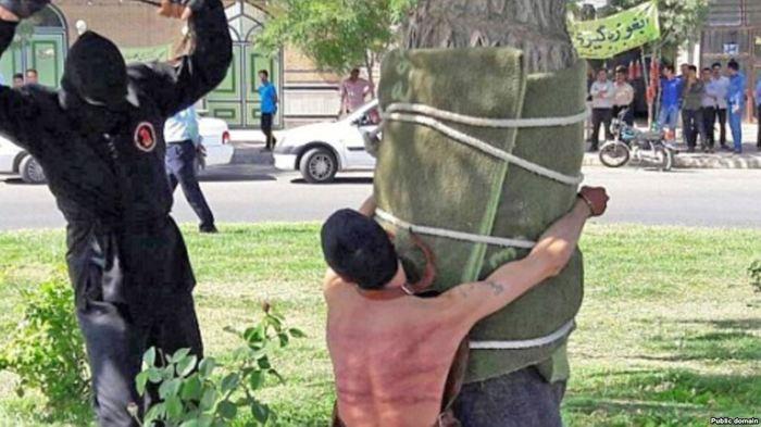 В Иране публично выпороли мужчину: он выпил спиртное 10 лет назад Иран, Публичное наказание, Спиртное, Сухой закон, Права человека