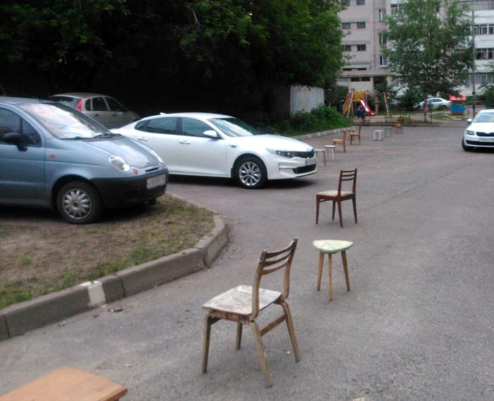 Музей советских табуреток под открытым небом парковка, Парковка у дома, битва за парковочное место