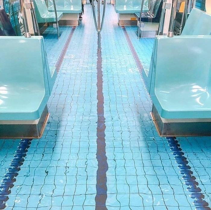 Пол в метро похож на бассейн