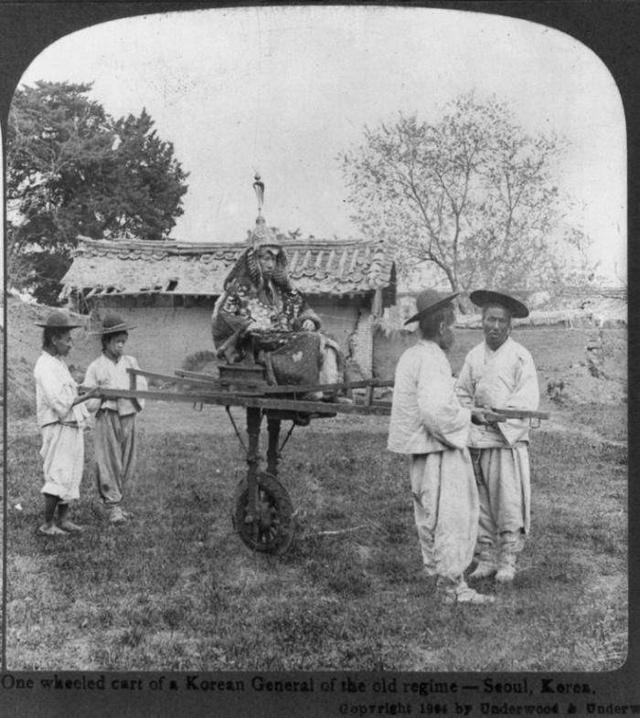 Генерал армии Корейской империи династии Чосон со своими слугами, 1904 год Корея, ретро фото