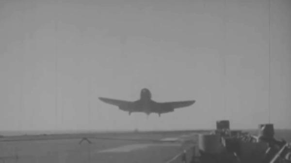Посадка на авианосец - сложнейший элемент полёта Авиация, Авианосец, Посадка, Вторая мировая война, Самолет, Война с японией, Гифка, Длиннопост