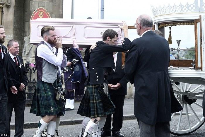 Похороны убитой 6-летней девочки с небольшого шотландского острова Похороны, Преступление, Девочка, Шотландия, Убийство, Изнасилование, Педофилия, Длиннопост, Негатив