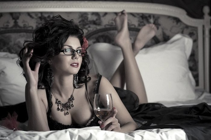 Имеют супруги нежно ласково медленно сексом в спальной в ночнушках начальник трахнул