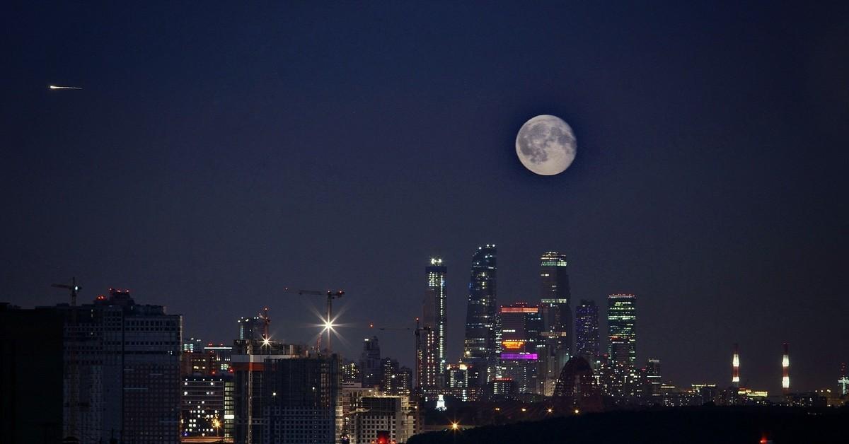 Ночном городе картинки с луной