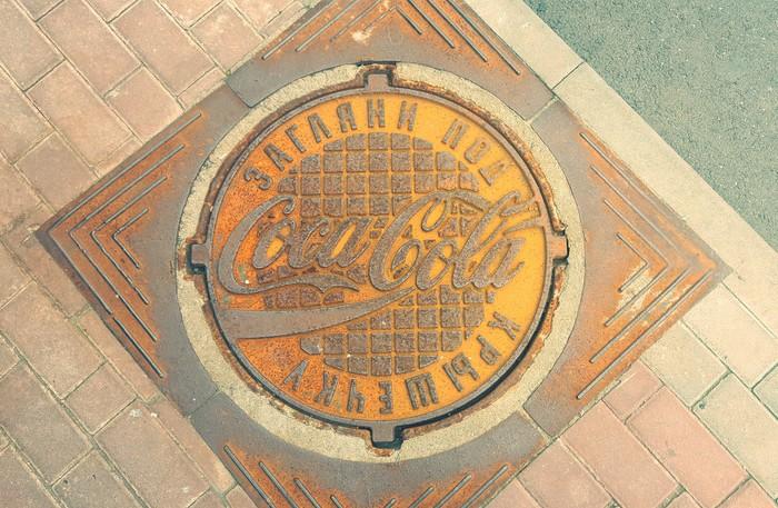 Загляни под крышечку Coca-Cola, Креатив, Беларусь, Минск, Фотография, Канализационный люк