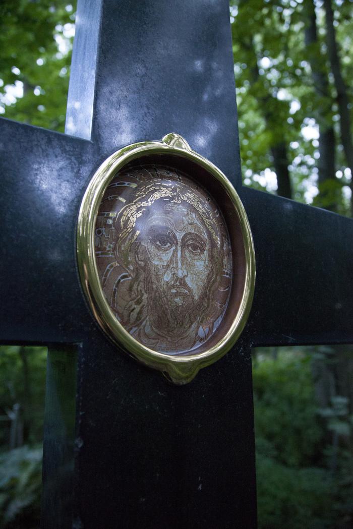 Медальон занял свое место Рерих, Медальон, Надгробие, Вандализм, Керамика осинина, Длиннопост