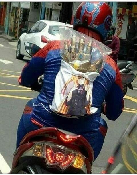 Просто человек-паук с перчаткой Таноса в аниме-сумке едет на мопеде.