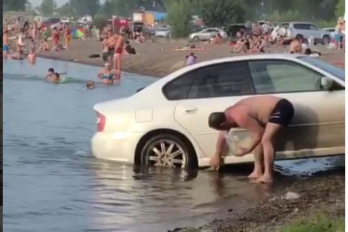 Автовладелец заехал в озеро с детьми на Песчанке, чтобы помыть машину Красноярск, Вымыл машину в озере, Наглость