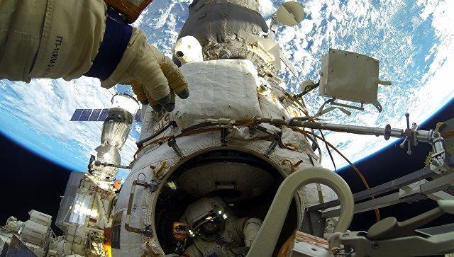 Российские космонавты забрали боксы с микроорганизмами с поверхности МКС Космос, МКС, Микроорганизмы
