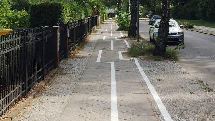 Велосипедная дорожка в Берлине Берлин, Германия, Абсурд, Велосипедная дорожка