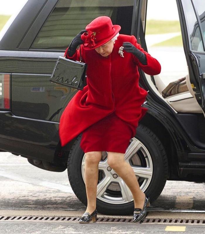 Пользователи Reddit нашли фотографию, на которой Елизавету II сносит ветром. Теперь она танцует с Майклом Джексоном и ездит на скейте Королева Елизавета, Фотожаба, Reddit, Длиннопост
