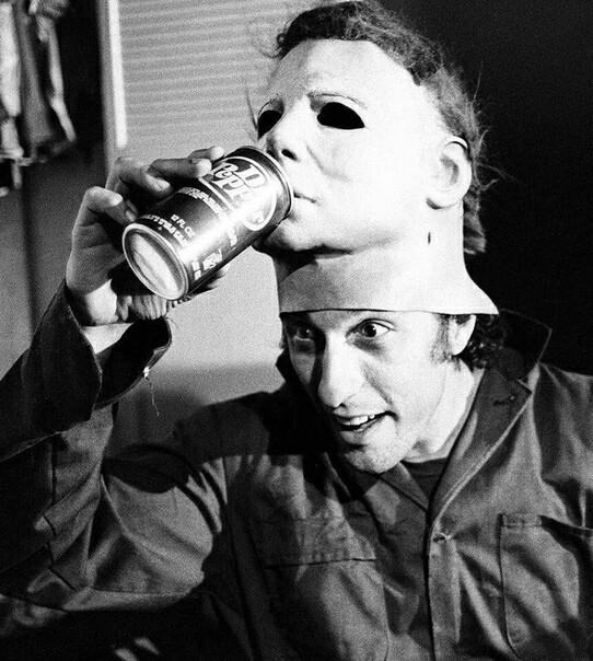 Ник Касл, исполнитель роли Майкла Майерса, на съемках оригинального и нового «Хэллоуина» спустя 40 лет. Хэллоуин, Фотография, Время