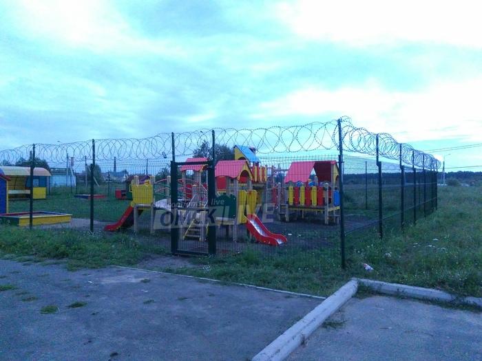 Садик строгого режима Омск, Дети, Будущее, Колючая проволока, Детская площадка