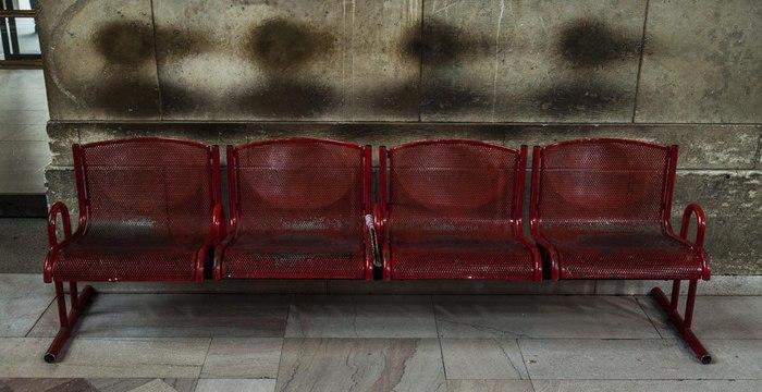 Грязные следы на стене выглядят словно тени людей, оставленные после атомного взрыва
