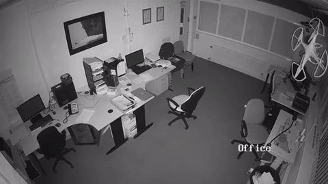 Оставленный заряжаться на ночь ноутбук в офисе