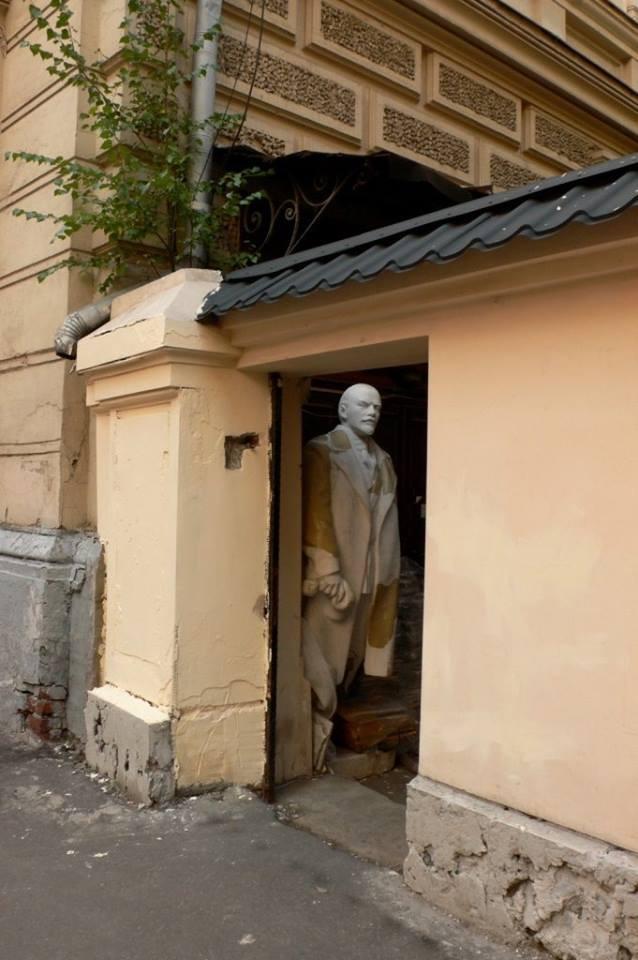Демократы уже ушли? Памятник ленину, Москва, Подворотня