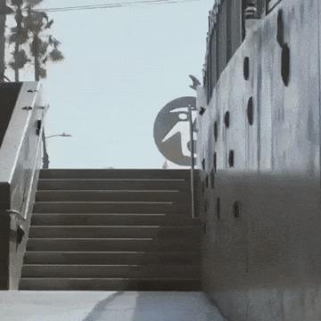 Случайная прохожая в полном восторге от прыжка парня