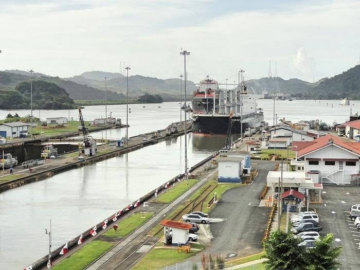 Прохождение по Панамскому Каналу. Вид с берега. Панама, Панама сити, Панамский канал, Шлюз, Длиннопост