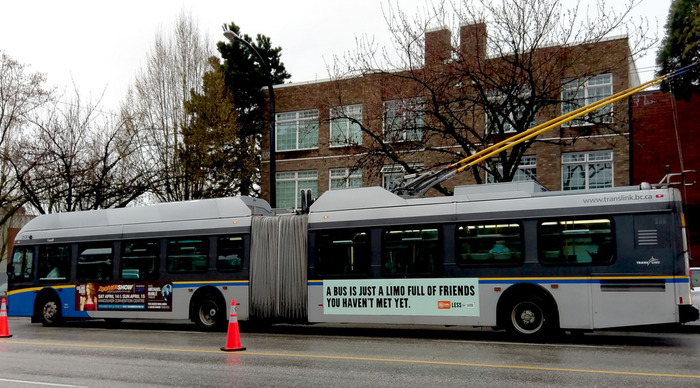 Пересаживайтесь в лимузины Автобус, Лимузин, Общественный транспорт, Социальная реклама, Надпись, Ванкувер, Канада, Троллейбус