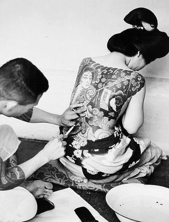 Мастер наносит татуировку девушке. Токио, Япония, 1946 год.