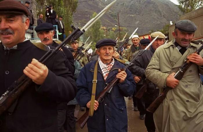 Парад ополченцев Дагестана сражавшихся с бандитами во время вторжениебоевиковвДагестан.
