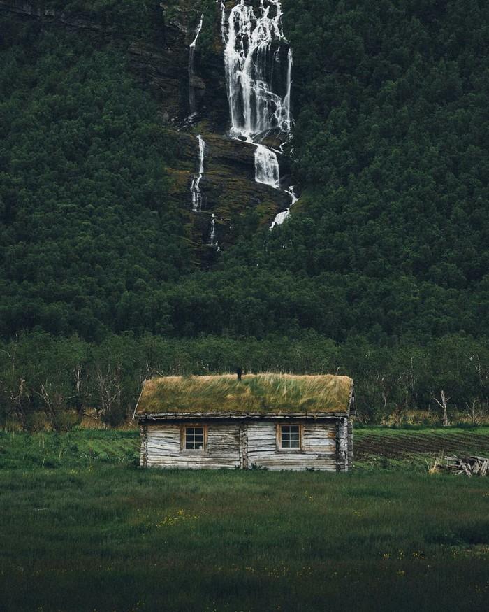 Одинокий домик в Норвегии.