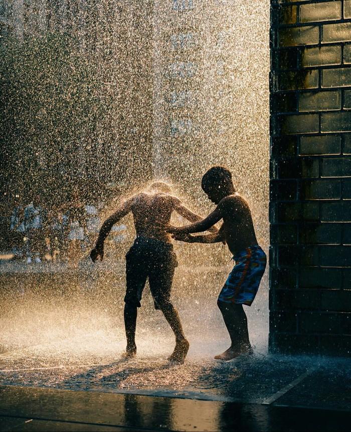 Дети радуются дождю, Чикаго.