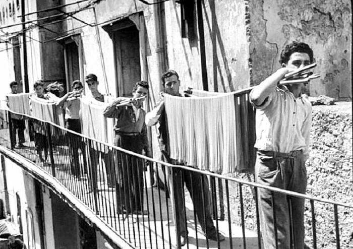 Производство спагетти на макаронной фабрике, Неаполь, 1932 год.