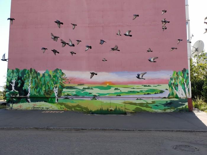 Голуби летят сквозь граффити