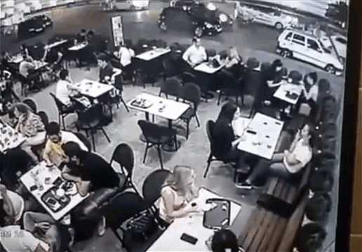 Влетел в кафе Авария, Турция, Гифка